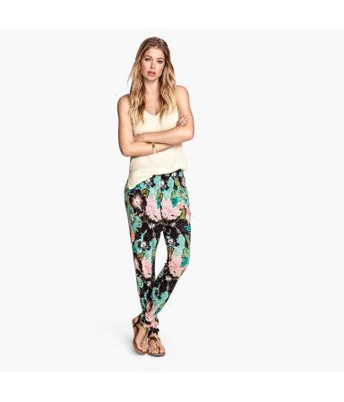 Трикотажные брюки с рисунком (Черный в цветочек)